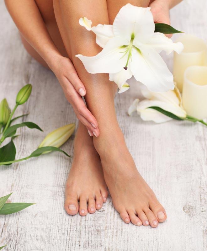 naisen jalat ja kukka