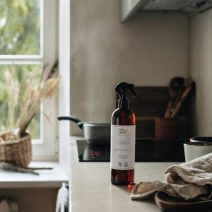 ruskea yleispuhdistusaine pullo kierrätysmuovista kauniissa keittiössä
