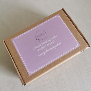 luonnonkosmetiikan valmistuspaketti ruskeassa pahvilaatikossa lilalla etiketillä