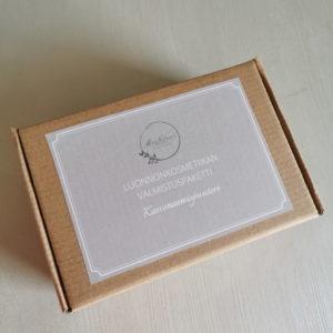 luonnonkosmetiikan valmistuspaketti ruskeassa pahvilaatikossa hiekan sävyisellä etiketillä