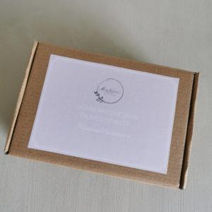 luonnonkosmetiikan valmistuspaketti ruskeassa pahvilaatikossa vaaleanpunaisella etiketillä
