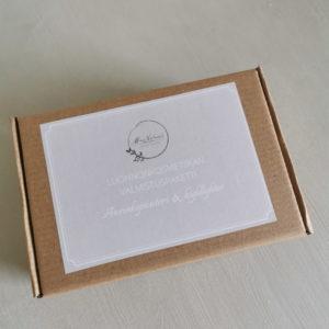 luonnonkosmetiikan valmistuspaketti ruskeassa pahvilaatikossa beigellä etiketillä
