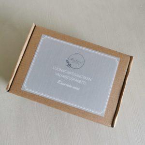 luonnonkosmetiikan valmistuspaketti ruskeassa pahvilaatikossa harmaalla etiketillä