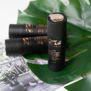 mustat meikkivoidepullot ruusukulta yksityiskohdilla peikonlehden päällä