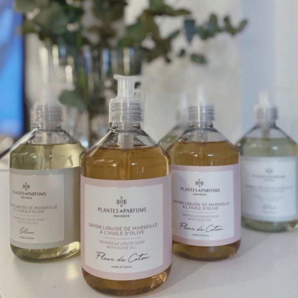 nestemäisiä saippua pulloja taustalla eukalyptus
