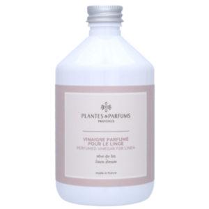 valkoinen pyykkietikkapullo kauniilla beigen ja vaaleanpunaisen sävyisellä etiketillä