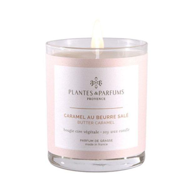 lasikipossa kauniilla vaalean sävyisellä etiketillä oleva tuoksukynttilä